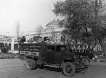 Грузовые такси у Одесского вокзала развозят колхозников с продуктами на рынки города. 3.XI.53 г. Левит (158)
