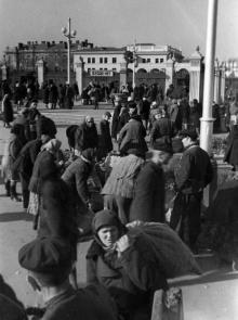 Грузовые такси у Одесского вокзала развозят колхозников с продуктами на рынки города. 3.XI.53 г. Левит (159)