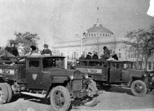 Грузовые такси у Одес. вокзала развозят колхозников с продуктами на рынки города. 3.XII.53 г. Левит (3203)