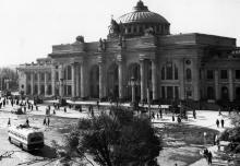 У здания железнодорожного вокзала. Одесса, 26.05.61 (4523)