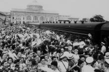 Встреча группы моряков «Туапсе» на перроне Одесского вокзала. 17.08.1955 г. фото А. Фатеева (4042)