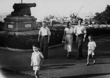 Крановой Одесского порта В. Вуйчук с семьей на прогулке. 1960 г. Одесса, П. Рябинин (226)