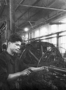 Машинист-канатчик С.Ф. Гонтаренко, работающий на Одес. сталепроволочном заводе (Канатном), ежедневно перевыполняет сменные нормы. 24.XII.53 г. Одесса, Левит (225)