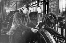 Машинист-канатчик Одес. сталепроволочного завода А. Самейко за работой. 19.III.53 г. Одесса, Левит (430)