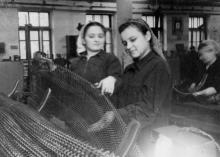 Комсомолка Одесского сталепроволочного завода М. Головченко проверяет качество панцирной сетки. 15.XII.54 г. Одесса, Левит (664)
