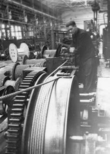 Машинист стахановец Одес. сталепроволочного Канатного з-да М.С. Букин за изготовлением стального троса. 31.V.1952 г. Одесса А. Подберезский (837)