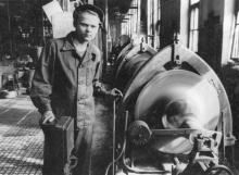 Машинист цеха стальных тросов Одес. Канатного завода А. Аксенов, выполняет 125 % нормы в дни к 1 мая. 2.IV.56 г. Одесса, Левит (942)