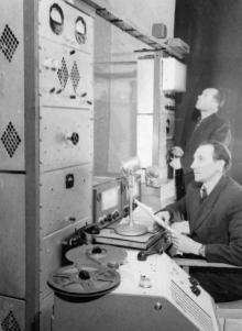 Работник Одесского Канатного завода диктор Швейко на очередной передаче радиогазеты из заводского радиоузла. 9.IV.56 г. Одесса, Левит (949)