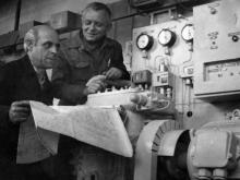 Бригадир сборщиков Л.И. Желязко (слева) и старший мастер О.Ф. Кушнарев осматривают подготовленные к отправке в Казахстан холодильные установки производственного объединения «Одессхолодмаш». г. Одесса 17 мая 1980 г. (5728)