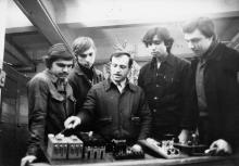П. Алексеев – мастер-наставник электроцеха ПО «Холодмаш» с молодыми рабочими. г. Одесса, январь 1982 г. (7965)