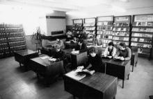 В читальном зале технической библиотеки СКТБ «Холодмаш». Одесса, февраль 1982 г. (7984)