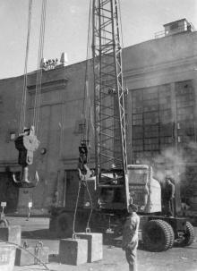 Испытание новых кранов на заводе им. Январского восстания в Одессе. IV.60 г. Я. Левит (1211)