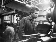В. Остапчук – передовой шлифовщик завода им. Январского восстания. г. Одесса, июнь 1980 г. (6108)