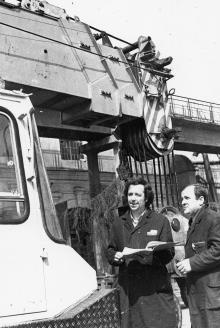 В. Беляк – мастер-контролер и мастер А. Бондаренко осматривают продукцию ПО им. Январского восстания. г. Одесса, май 1981 г. (6619)