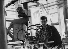Газорезчик з-да «Автогенмаш» Коржов за управлением новой машиной. Фото Павленко. 11.VII.1969 г.