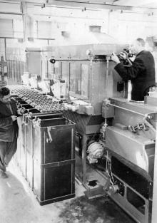 Слесари-сборщики завода «Кинап» И. Олишинский и Л. Давидовский готовят гидротипные машины для отправки. Одесса, 1958 г. (1115)