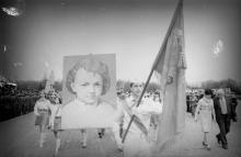 Демонстрация пионеров на первомайской демонстрации. г. Одесса, 1979 г. (6000а)