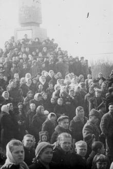 Трудящиеся Одессы на площади им. Окт. рев. слушают трансляцию из Москвы траурного митинга, посвящ. похоронам И.В. Сталина. III.1953 г. Одесса Левит (385)