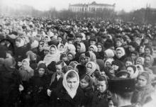 Площадь Окт. рев. Трудящиеся города слушают из Москвы траурн. митинг, посвящ. похоронам И.В. Сталина. III.53 г. Одесса Левит (386)