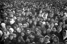 Площадь Окт. рев. Трудящиеся города слушают из Москвы траурн. митинг, посвящ. похоронам И.В. Сталина. III.53 г. Одесса Левит (387)