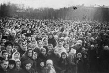 Площадь им. Окт. рев. Трудящиеся города слушают из Москвы траурн. митинг, посвящ. похоронам И.В. Сталина. III.53 г. Одесса Левит (388)