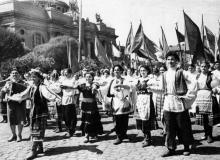 Колонна Ильичевского р-на на демонстрации 1 мая в Одессе. 1.V.57. А. Подберезский (1163)