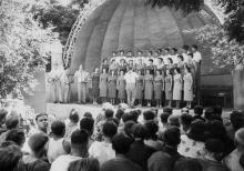 Ансамбль немецких студентов выступает на летней площадке з-да радиально-сверлильных станков в Одессе. 28.VII-1958 г. фото А. Фатеева. (4060)