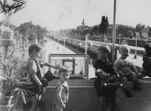 На балконе комнаты матери и ребенка Одесского пассажирского вокзала. 1953 г. Одесса, Левит (137)