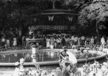 Общий вид «Выставки продажи» картин Одесских художников. г. Одесса, июль 1987 В. Курицын (10248)