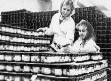 Работницы Одесского консервного завода Барановская и Бурдынская  готовят продукты к отправке. Одесса, 3.XII-1966 Фатеев (3919)