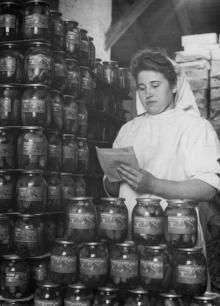 На складе готовой продукции консервного завода им. Ворошилова. 1955 г. Одесса, Белозеров (73)