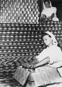 Работницы Одесского консервного завода, комсомолки Л. Вдовиченко (внизу) и В. Гольцева готовят консервы к отправке. 13.VII.1954 г. Одесса, Фатеев (19)