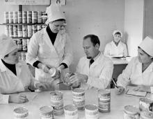 Слева направо: О. Ляховская - начальник овощемясного цеха, Л. Тарханова – инженер-химик, В. Тарасенко – главный технолог завода, Е. Томкеева – заведующая центральной лабораторией оценивают оформление консервов. Одесса, 1979 г. И. Павленко (13210)