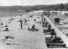 На пляже «Комсомольский». Фотограф Сергей Верниковский. Одесса. 1975 г.