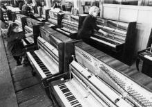 Участок сборки пианино «Отрада» на фабрике музыкальных инструментов. г. Одесса, 1982 г. И. Павленко (11693)