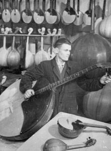 С. Иванов – настройщик Одес. музыкальной фабрики за работой. г. Одесса, 6.І.1953 г. Подберезский (3276)
