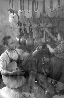 На Одесской фабрике музыкальных инструментов. Одесса, 1958 г. (4633)