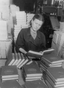 Переплетчица Одесской книжной фабрики Кучкина В.А. осматривает новые книги. 14.XII.1953 г. Одесса А. Фатеев (53)
