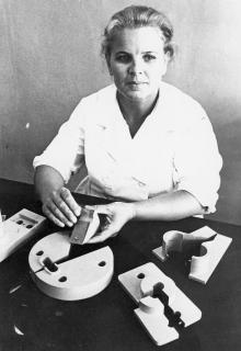 М.М. Гончарова – ударник коммунистического труда, ветеран производства фабрики учебно-наглядных пособий, комплектует готовую продукцию. Одесса, 8 августа 1974 г. (7000)
