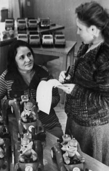 Л. Благодар (слева) – сборщица детских игрушек и инженер-технолог Е. Игнатьева проверяют качество новых игрушек «Багги с волком» п/о «Черноморская игрушка». г. Одесса, 1980 г. И. Павленко (13166)