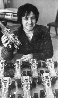 Г. Карпенко – передовая сборщица объединения. Демонстрирует новые игрушки с олимпийской символикой. Одесса, 1980 г. И. Павленко (13167)