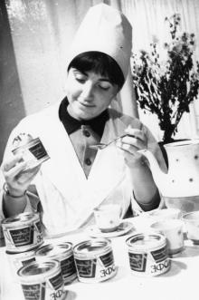 Д.П. Черноморец – старший химик Одесского комбината пищевых концентратов дегустирует растворимый кофе. Одесса, 14 ноября 1967 г. (7875)