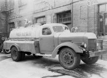 Разгрузка автоцистерны с молоком на Одесском молочном комбинате, прибывшей из района. 5.I.1954 г. Одесса А. Подберезский (82)