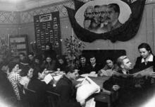 Вечером на агитпункте при Одес. кредитно-экономическом институте. Одесса, 3.XII.1954 г., Левит (317)