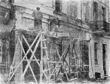 Работы по капитальному ремонту здания (ул. Муссолини, 52), где четверть века назад жил великий румынский поэт Октавиан Гога. Одесса. Фото из газеты «Молва», 7 ноября 1943 г.