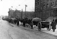 Румынские артиллеристы идут к железнодорожному вокзалу. Привокзальный переулок, Одесса. 1941 г.