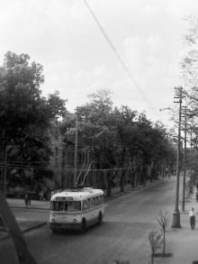 Первые троллейбусы, пущенные по ул. Свердлова после ее реконструкции. Одесса. Фотограф Валерий Холявко. Снято с балкона дома №71 по Свердлова. 30 апреля 1965 г.