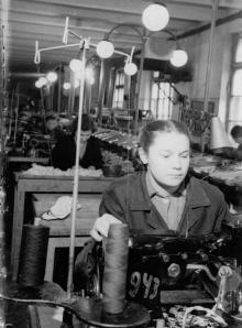 Комсомолка Одесской 2-й обувной фабрики Н. Бодо овладела классификацией машиниста-заготовщика. Фото Подберезского. 30 декабря 1954 г.