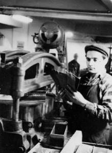 Вырубщик жесткого кожтовара Одесской 2-й гособувной фабрики П.Б. Заславский, выполняющий сменную норму на 145%. Фото Я. Левита. 27 ноября 1954 г.