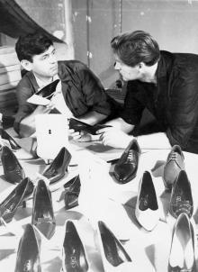 Модельеры Одесского обувного объединения им. Октябрьской реврлюции Бакастов и Коренблит осматривают новые модели обуви. Фото Фатеева. 1965 г.